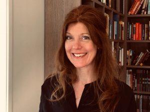 foto Annemarie voor boekenkast
