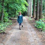 Annemarie in het bos met Pip